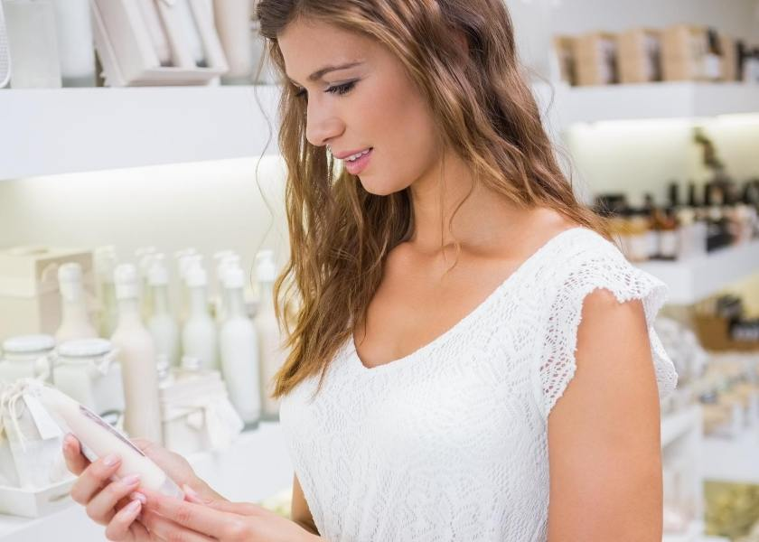 Cremas hipoalergénicas: mujer que controla los componentes.